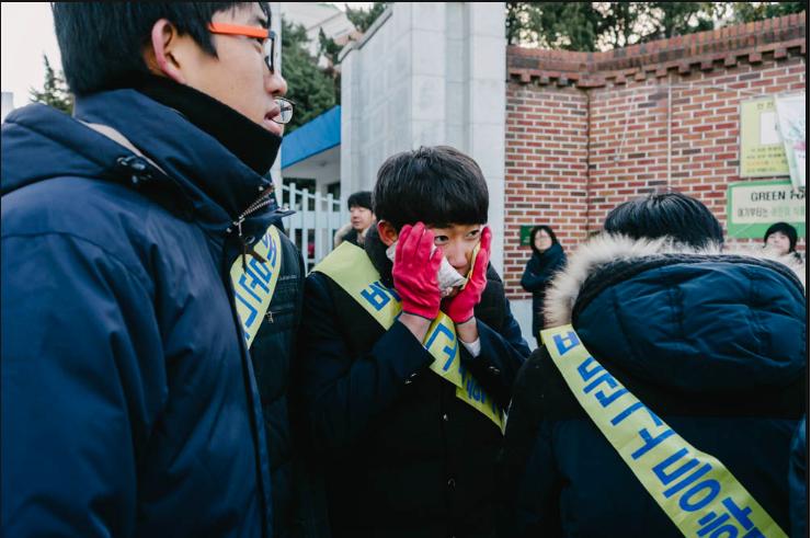 600.000 thí sinh Hàn Quốc thi Đại học: Cả đất nước nín thở, học sinh lớp 11 quỳ ngoài cổng trường chúc anh chị thi tốt - Ảnh 5.