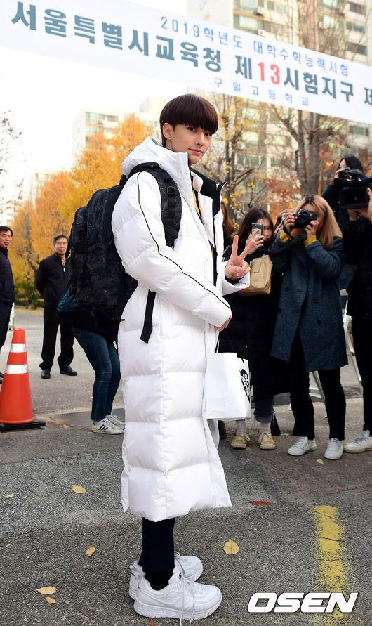 Dàn idol Hàn đình đám đi thi đại học: Mặc đồng phục đẹp như hoa, được báo chí phỏng vấn, chụp hình như dự sự kiện - Ảnh 17.
