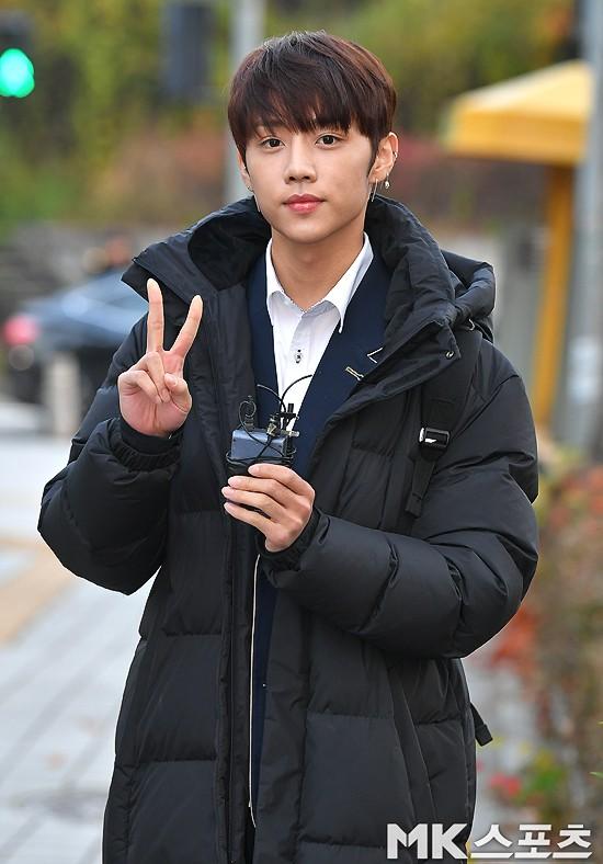 Dàn idol Hàn đình đám đi thi đại học: Mặc đồng phục đẹp như hoa, được báo chí phỏng vấn, chụp hình như dự sự kiện - Ảnh 21.