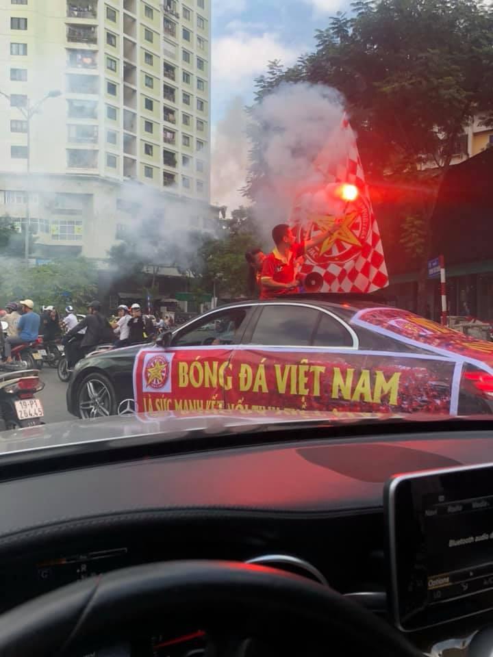 Còn gần 5 tiếng nữa đội tuyển Việt Nam mới ra sân, mà ngay bây giờ cổ động viên đã bắt đầu ra phố - Ảnh 1.