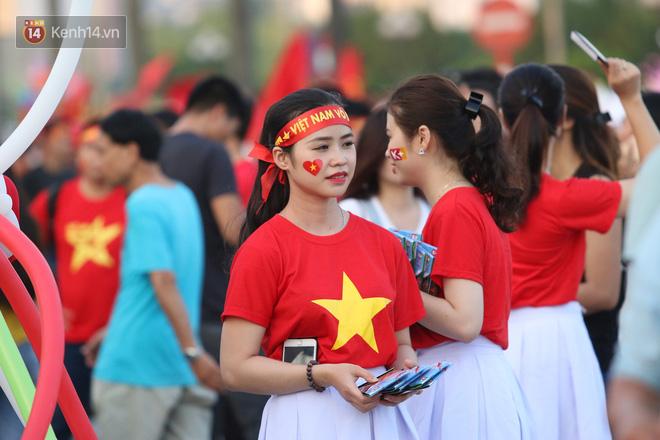 """Loạt CĐV nữ xinh xắn chiếm spotlight trước """"đại chiến"""" Việt Nam – Malaysia"""
