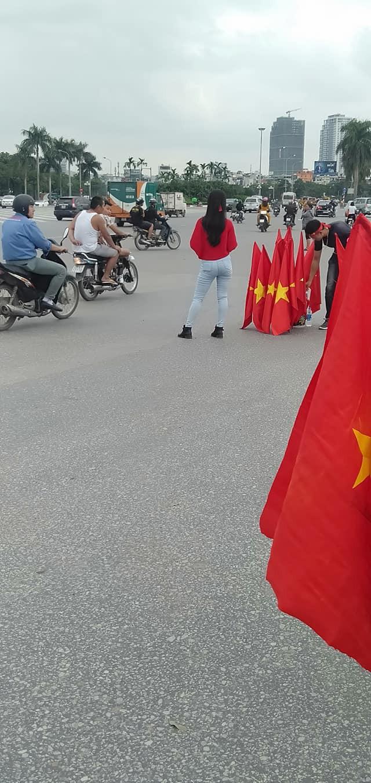 Còn gần 5 tiếng nữa đội tuyển Việt Nam mới ra sân, mà ngay bây giờ cổ động viên đã bắt đầu ra phố - Ảnh 4.