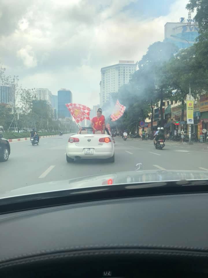 Còn gần 5 tiếng nữa đội tuyển Việt Nam mới ra sân, mà ngay bây giờ cổ động viên đã bắt đầu ra phố - Ảnh 2.