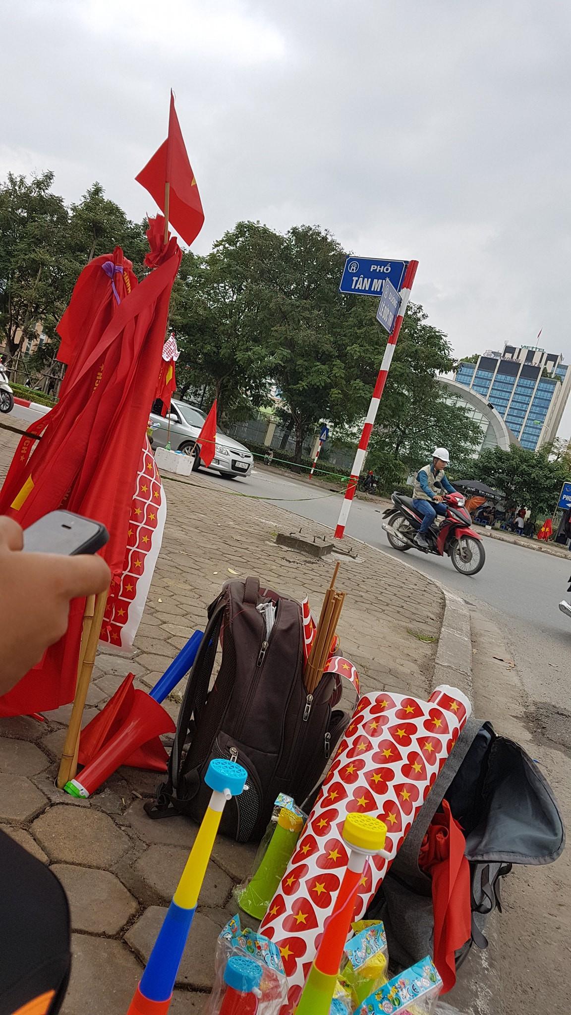 Còn gần 5 tiếng nữa đội tuyển Việt Nam mới ra sân, mà ngay bây giờ cổ động viên đã bắt đầu ra phố - Ảnh 3.