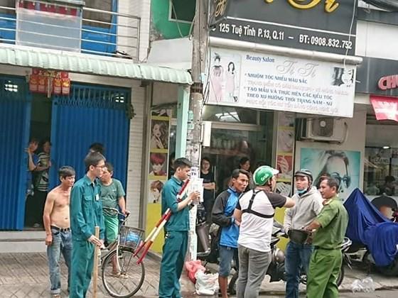 Tạm giữ 2 cán bộ công an dùng nhục hình trong vụ nghi can cướp giật tử vong sau khi bị tạm giữ ở Sài Gòn - Ảnh 2.