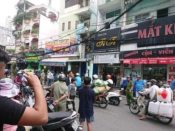 Tạm giữ 2 cán bộ công an dùng nhục hình trong vụ nghi can cướp giật tử vong sau khi bị tạm giữ ở Sài Gòn - Ảnh 3.