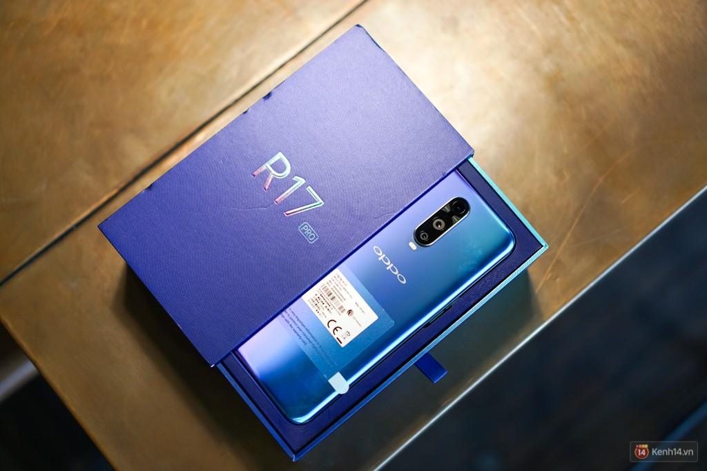 Mở hộp điện thoại Oppo R17 Pro xanh xanh hồng hồng chị em nhìn vào thích mê - Ảnh 2.