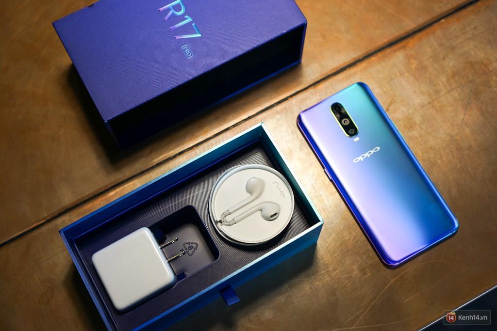 Mở hộp điện thoại Oppo R17 Pro xanh xanh hồng hồng chị em nhìn vào thích mê - Ảnh 3.