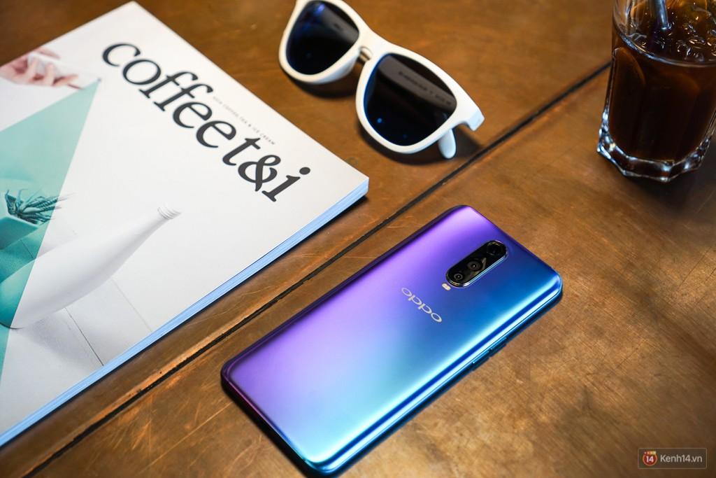 Mở hộp điện thoại Oppo R17 Pro xanh xanh hồng hồng chị em nhìn vào thích mê - Ảnh 5.
