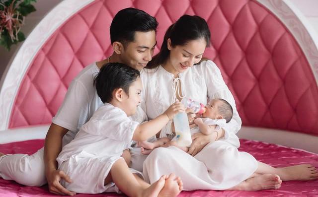 Những ông chồng kiểu mẫu của Vbiz: Bận rộn đến mấy cũng dành thời gian chăm sóc gia đình, sẵn sàng cạo đầu để cầu bình an cho vợ - Ảnh 5.