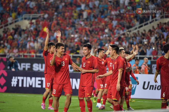 After the encounter between Vietnam and Malaysia, the players who were in the middle of the track lifted their hands to thank Viking fans - Photo 3.