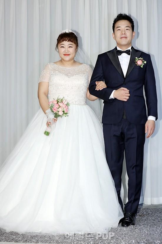 Đám cưới danh hài giảm 30kg để lấy chồng: Cô dâu chú rể không đẹp lung linh, hôn lễ chẳng khủng nhưng vẫn siêu hot - Ảnh 1.