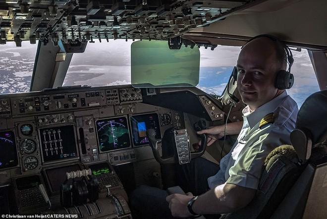 Ngắm không gian làm việc của phi công trong những bức ảnh này xong quay lại nhìn của mình mà thấy buồn... Photo-1-15424667377661737194976