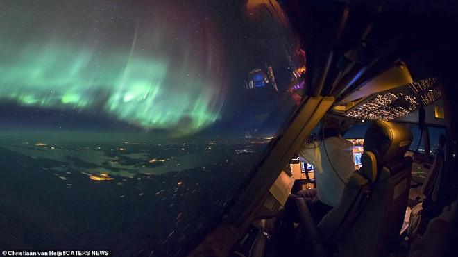 Ngắm không gian làm việc của phi công trong những bức ảnh này xong quay lại nhìn của mình mà thấy buồn... Photo-6-15424667377691249186477