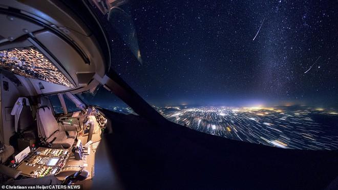 Ngắm không gian làm việc của phi công trong những bức ảnh này xong quay lại nhìn của mình mà thấy buồn... Photo-7-1542466737771226027625