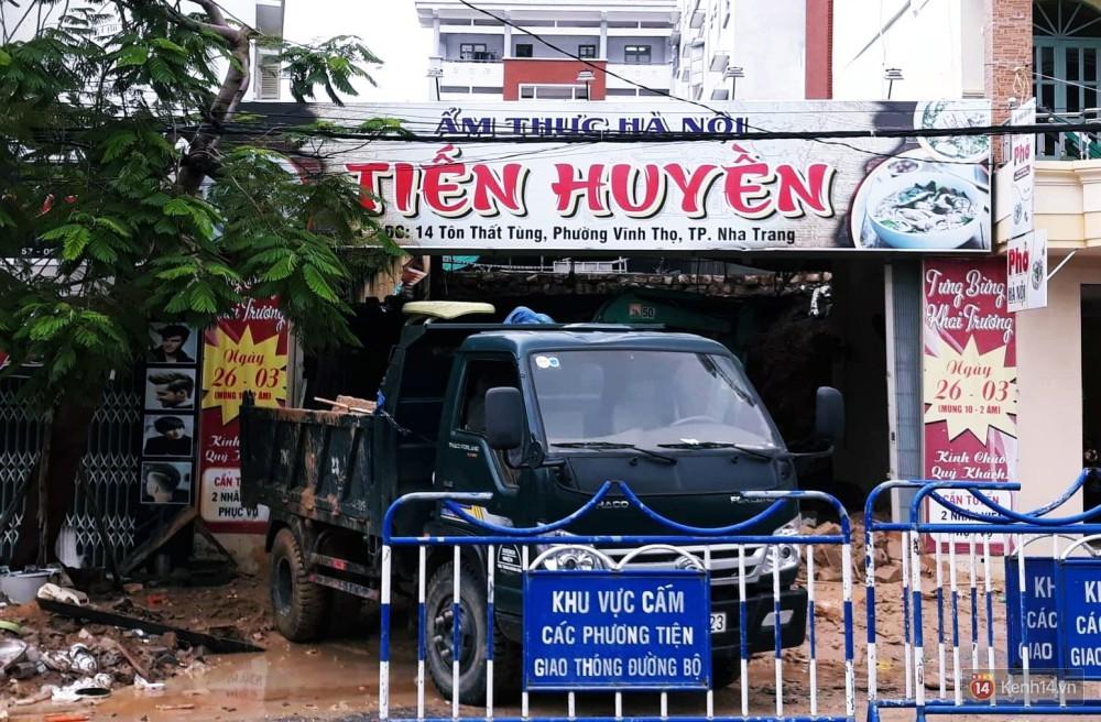 Mưa lũ, sạt lở kinh hoàng ở Nha Trang: Người dân dùng tay đào bới tìm thi thể bé trai và người phụ nữ trong đống đổ nát - Ảnh 3.
