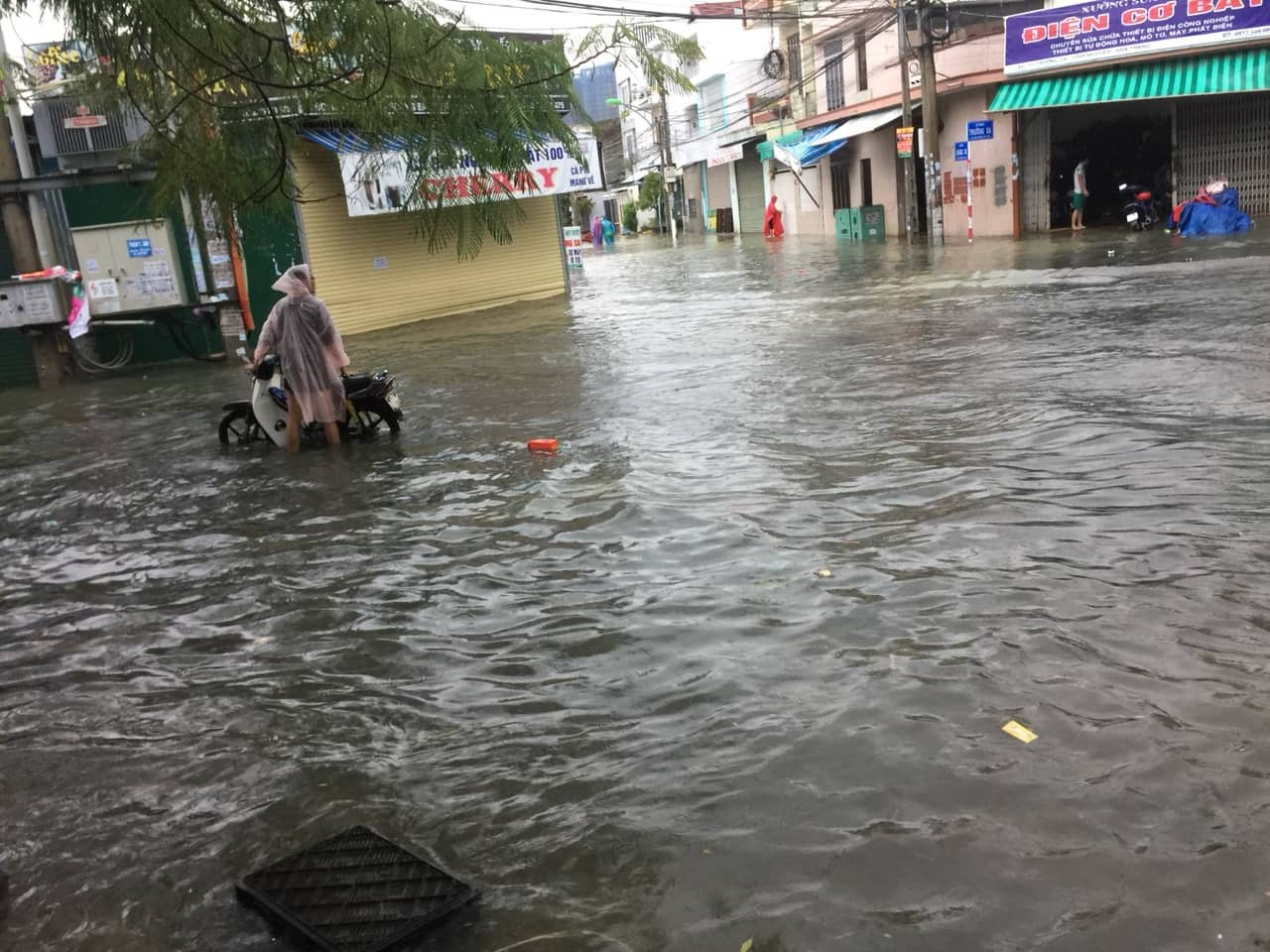 Flood image through Nha Trang, Khanh Hoa: Swimming cars like boat boats, objects in the sank house in the sea - Picture 1.