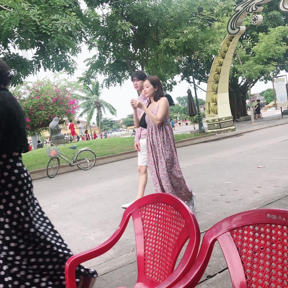 Chi Pu và bạn trai tin đồn người Hàn bị bắt gặp diện trang phục đời thường, thoải mái dạo phố Hội An cùng nhau - Ảnh 1.