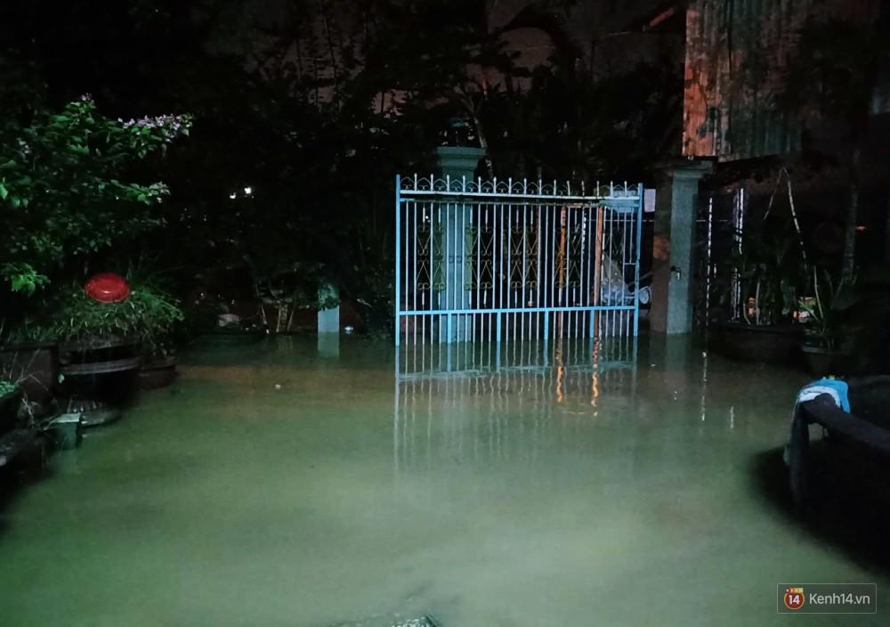 Mưa lũ, sạt lở kinh hoàng ở Nha Trang: Người dân dùng tay đào bới tìm thi thể bé trai và người phụ nữ trong đống đổ nát - Ảnh 12.