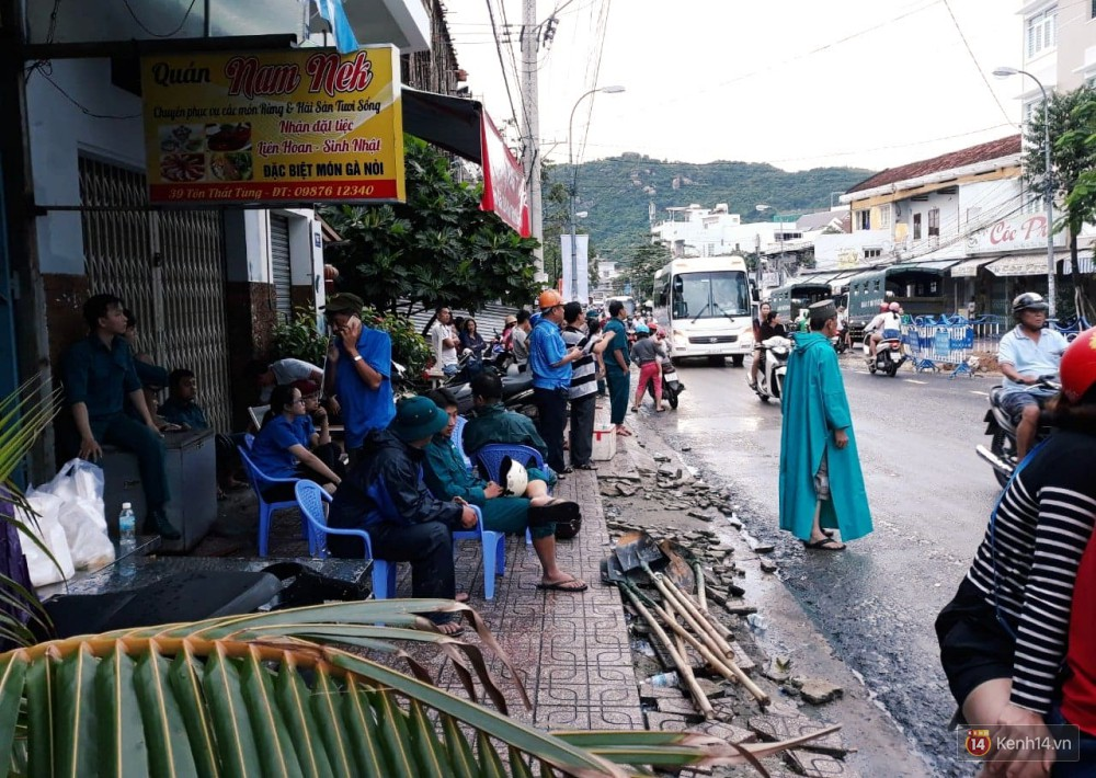 Mưa lũ, sạt lở kinh hoàng ở Nha Trang: Người dân dùng tay đào bới tìm thi thể bé trai và người phụ nữ trong đống đổ nát - Ảnh 2.