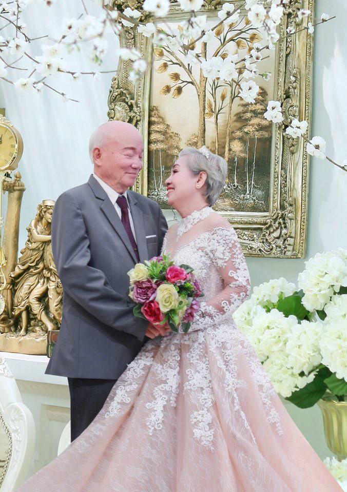 Khoảnh khắc cụ ông giúp cụ bà trang điểm để chụp ảnh kỷ niệm 50 năm ngày cưới gây xúc động - Ảnh 2.