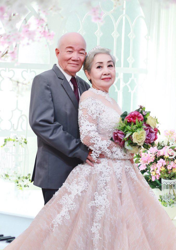 Khoảnh khắc cụ ông giúp cụ bà trang điểm để chụp ảnh kỷ niệm 50 năm ngày cưới gây xúc động - Ảnh 3.