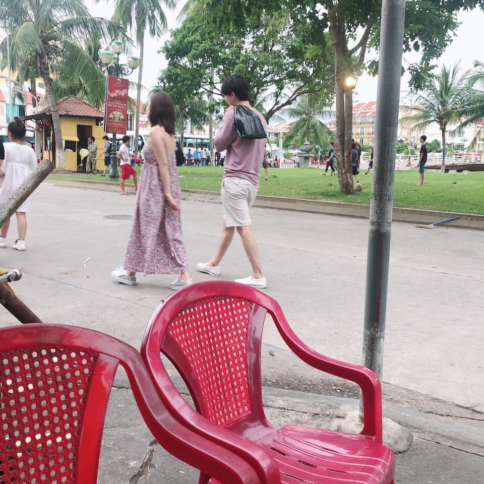 Chi Pu và bạn trai tin đồn người Hàn bị bắt gặp diện trang phục đời thường, thoải mái dạo phố Hội An cùng nhau - Ảnh 2.