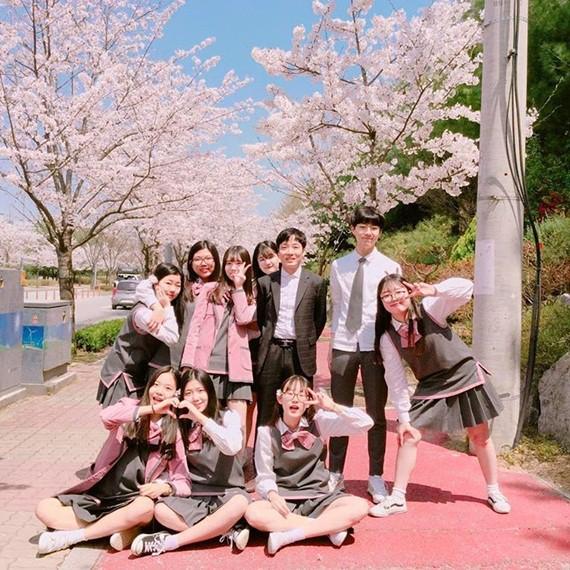 Soi đồng phục của học sinh Hàn: Trường gây choáng về giá tiền đắt đỏ, trường dẫn đầu vì sang chảnh như hoàng gia - Ảnh 12.