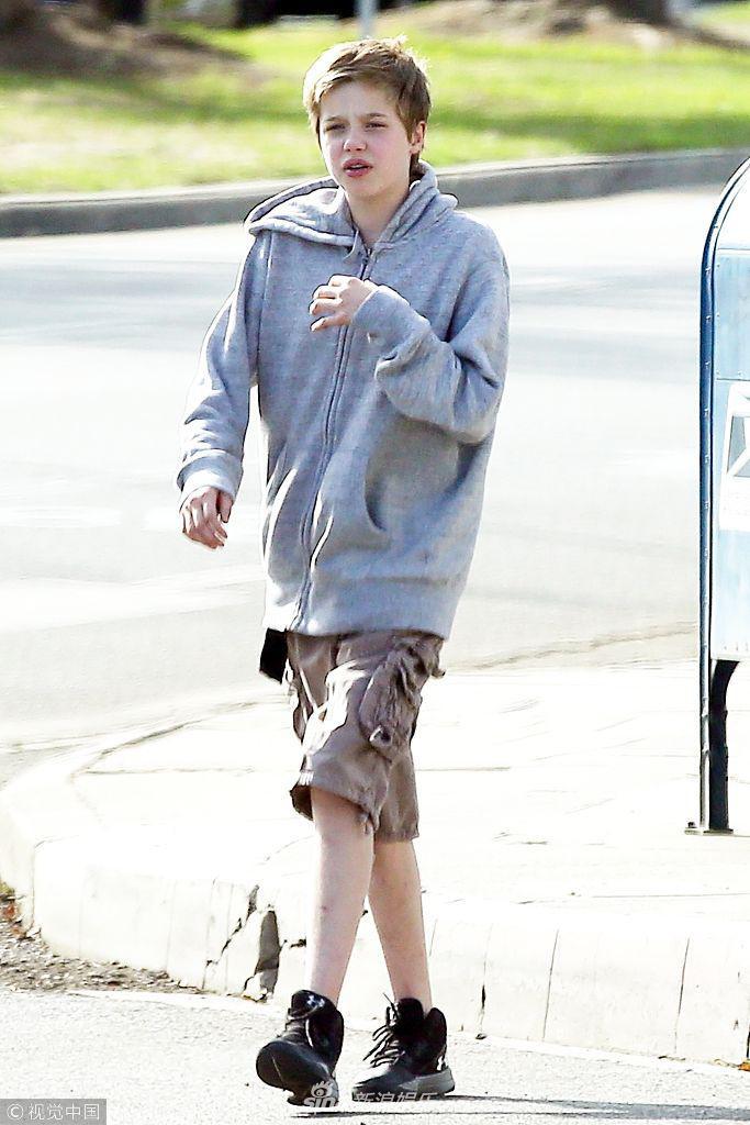 Con gái tomboy của Angelina Jolie khoe nét mặt vừa giống mẹ vừa giống bố Brad Pitt một cách hoàn hảo - Ảnh 1.