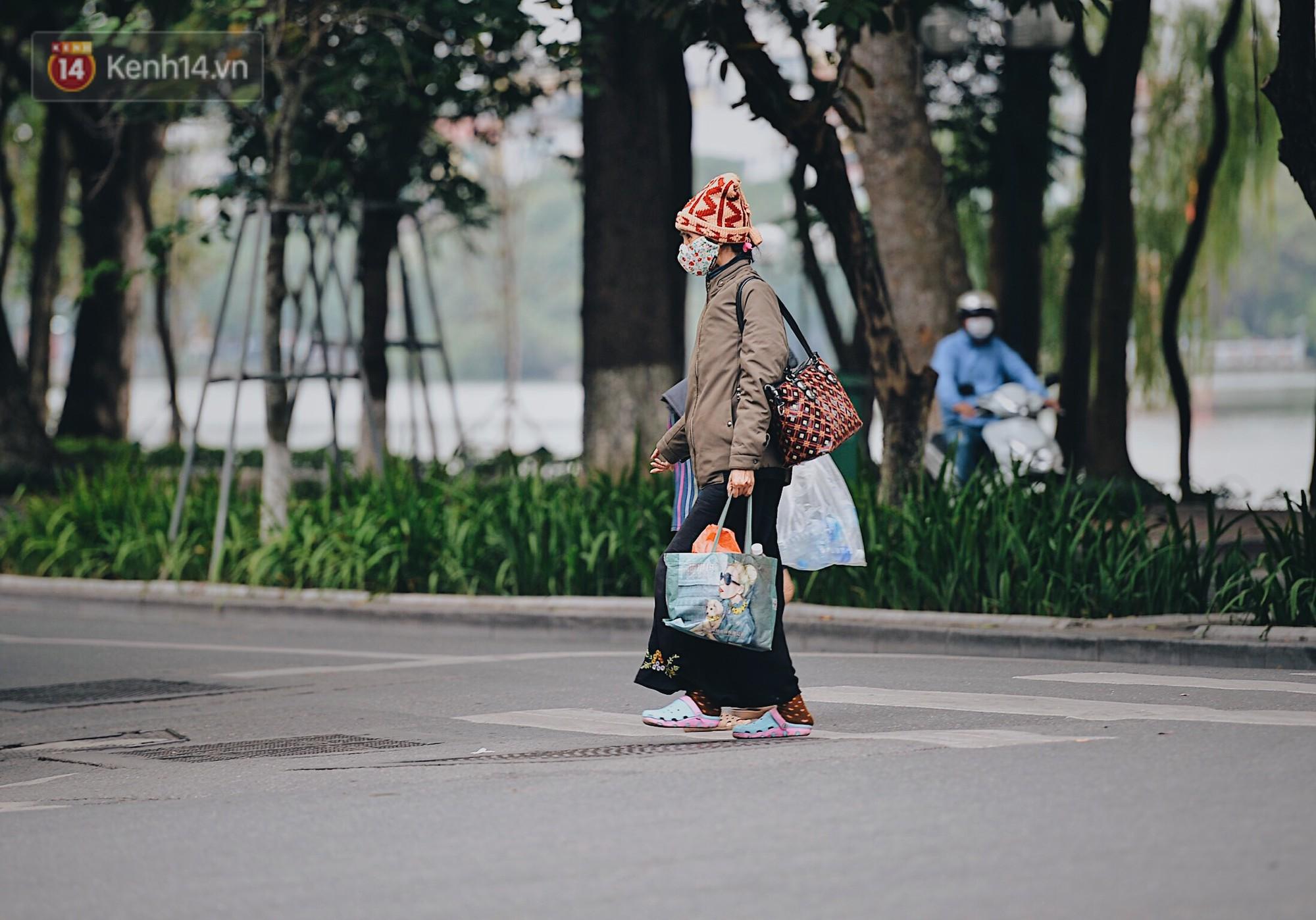 Ngày mùa đông chính thức chạm ngõ miền Bắc, người dân Hà Nội mặc áo ấm xuống phố - Ảnh 5.
