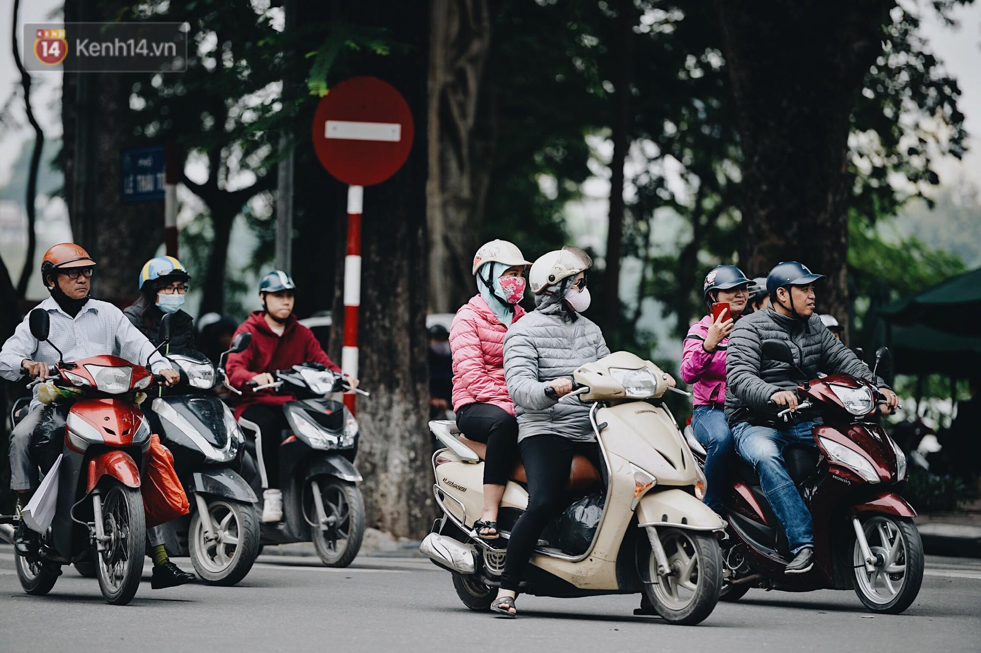Ngày mùa đông chính thức chạm ngõ miền Bắc, người dân Hà Nội mặc áo ấm xuống phố - Ảnh 9.