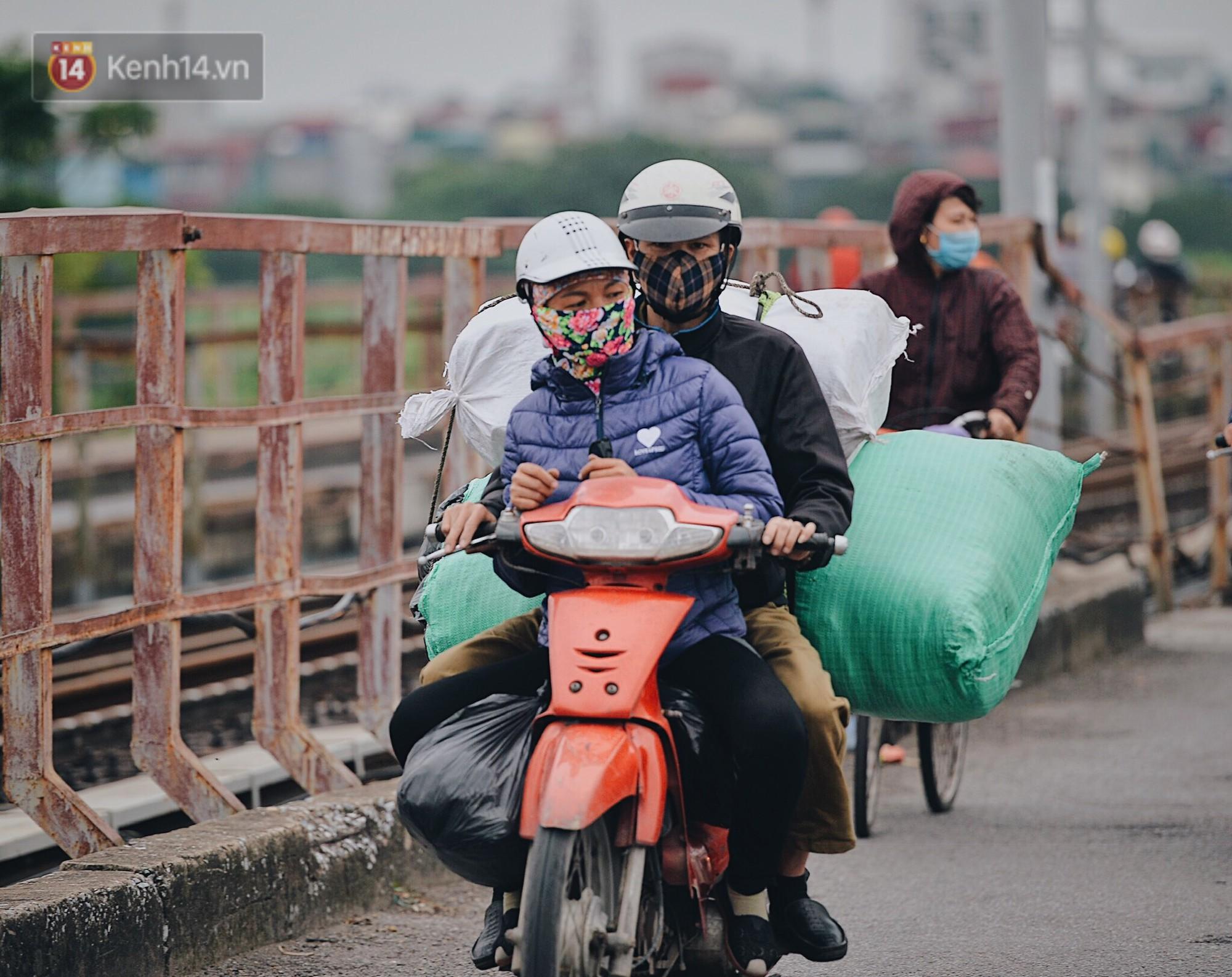 Ngày mùa đông chính thức chạm ngõ miền Bắc, người dân Hà Nội mặc áo ấm xuống phố - Ảnh 3.
