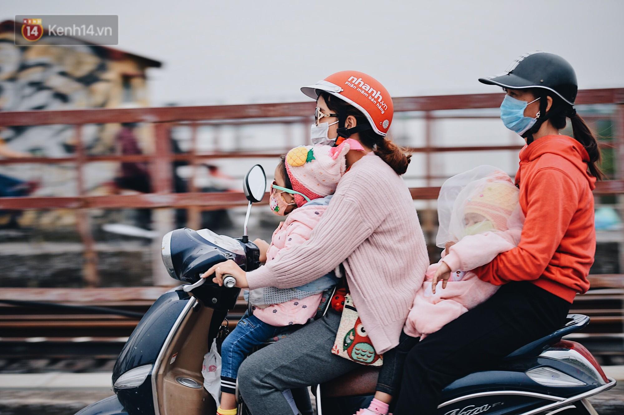 Ngày mùa đông chính thức chạm ngõ miền Bắc, người dân Hà Nội mặc áo ấm xuống phố - Ảnh 4.