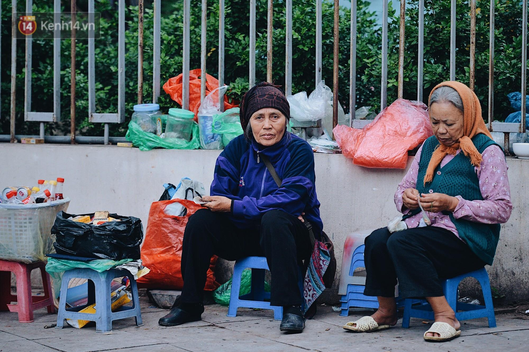 Ngày mùa đông chính thức chạm ngõ miền Bắc, người dân Hà Nội mặc áo ấm xuống phố - Ảnh 6.