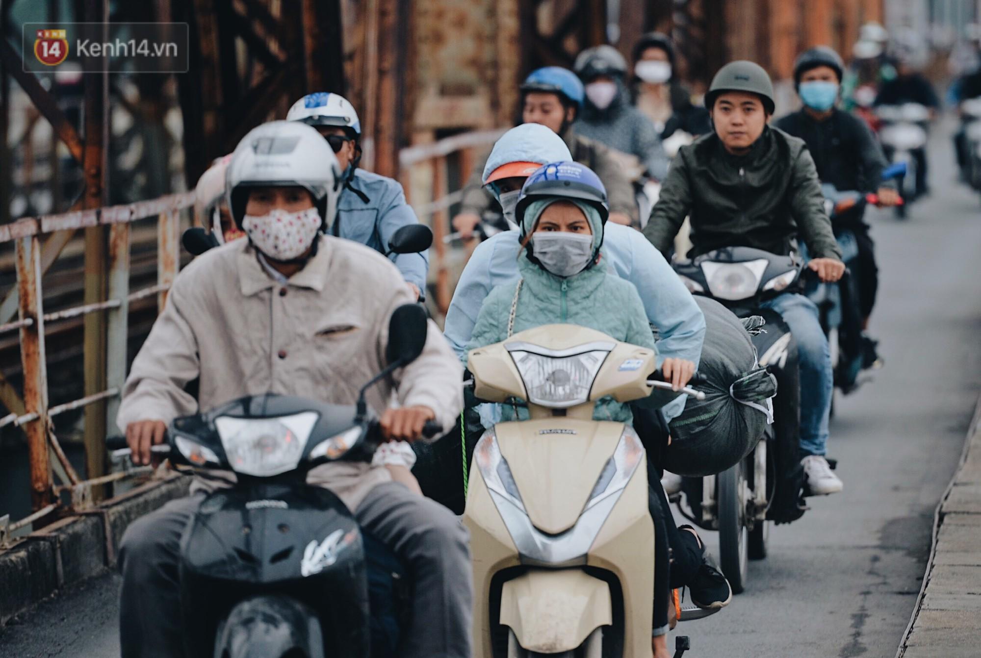 Hình ảnh mùa đông chính thức về miền Bắc, người Hà Nội mặc áo ấm - Ảnh 1.