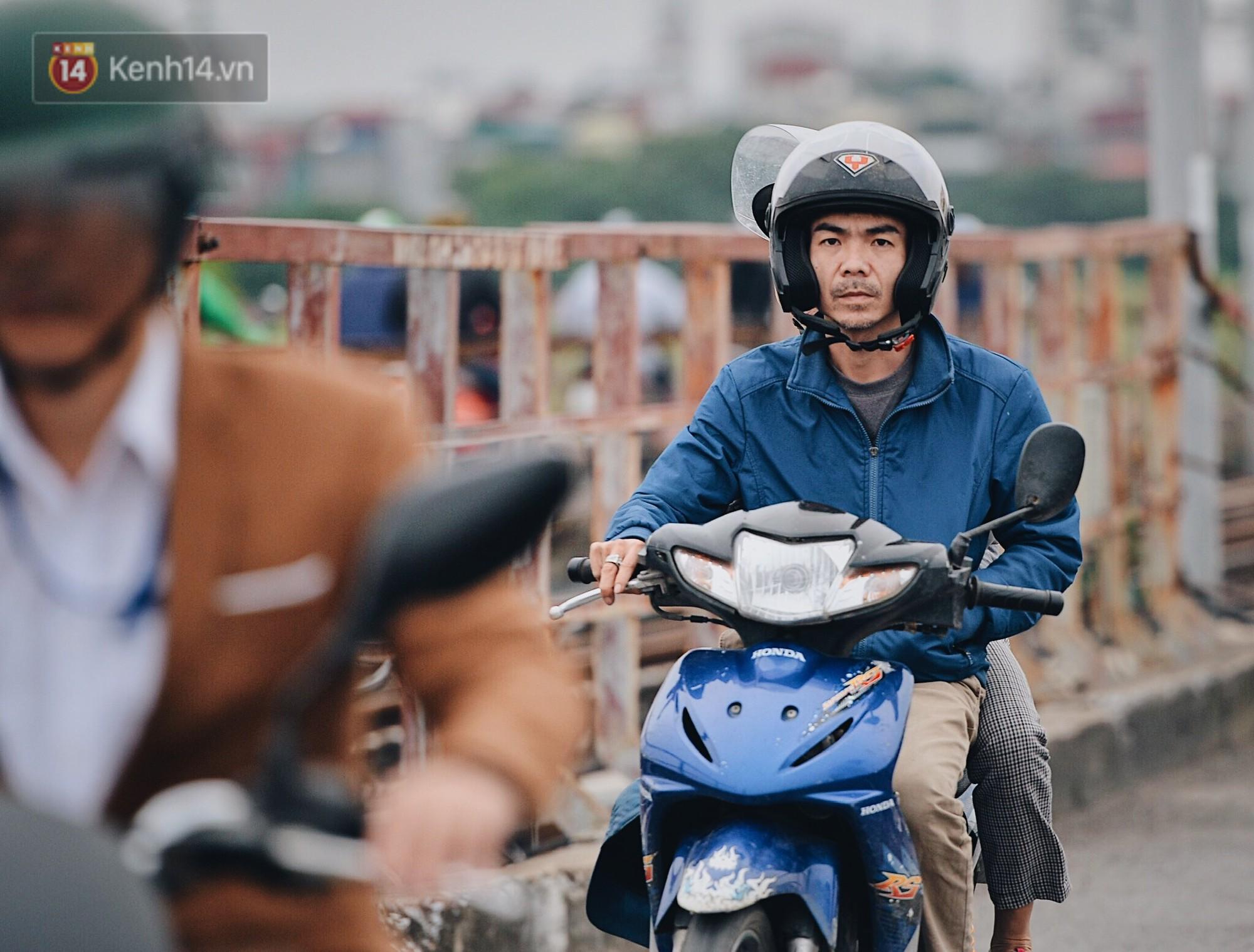 Ngày mùa đông chính thức chạm ngõ miền Bắc, người dân Hà Nội mặc áo ấm xuống phố - Ảnh 2.