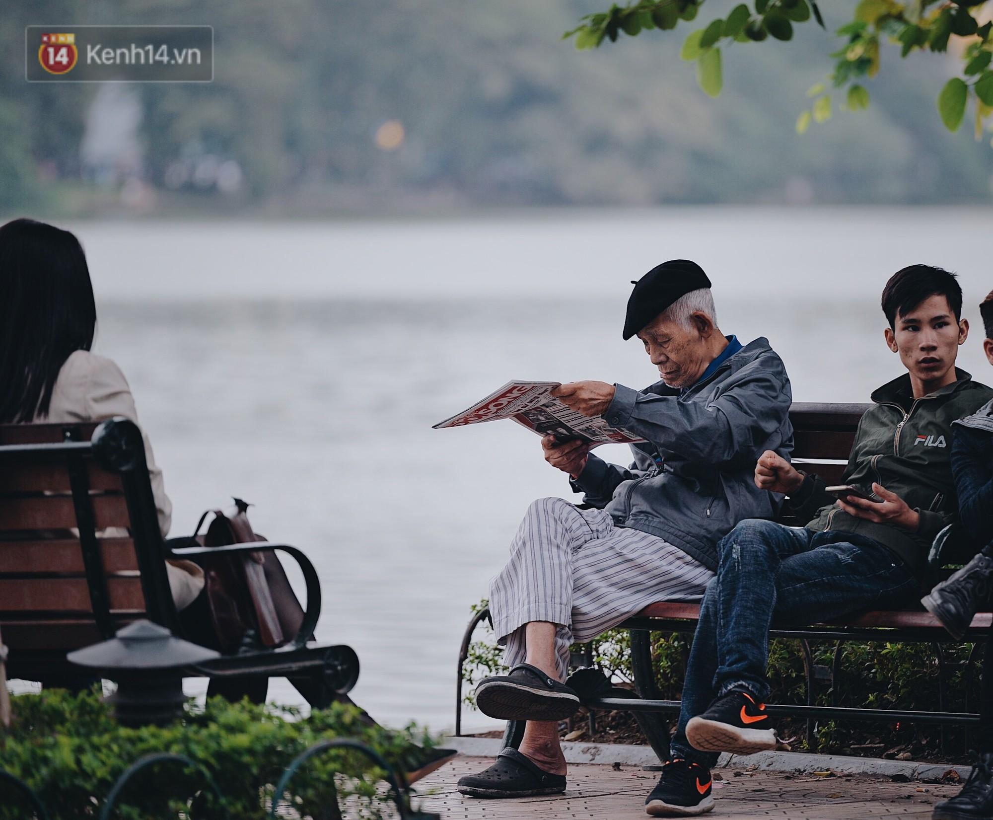 Ngày mùa đông chính thức chạm ngõ miền Bắc, người dân Hà Nội mặc áo ấm xuống phố - Ảnh 7.