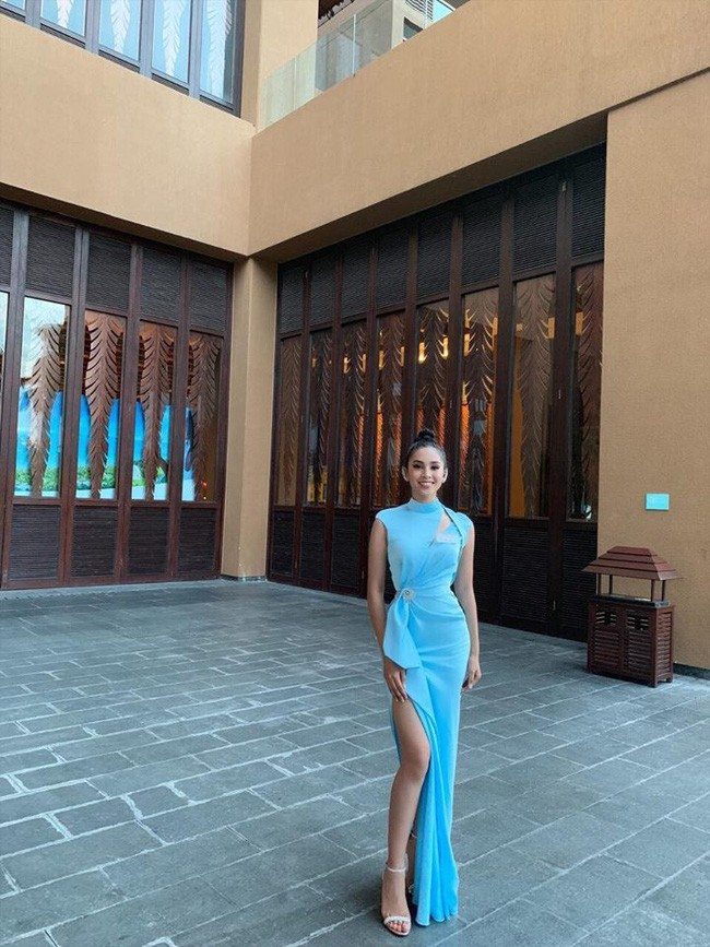 Tiểu Vy diện đầm xẻ cao, xuất hiện nổi bật giữa dàn thí sinh trong đêm tiệc tại Miss World 2018 - Ảnh 2.