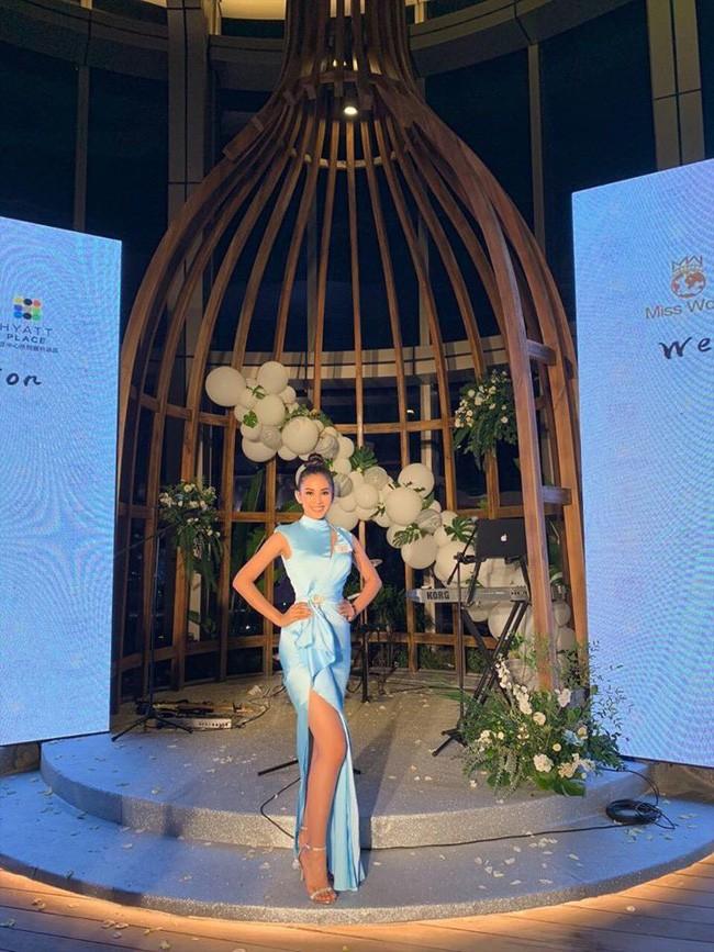 Tiểu Vy diện đầm xẻ cao, xuất hiện nổi bật giữa dàn thí sinh trong đêm tiệc tại Miss World 2018 - Ảnh 3.