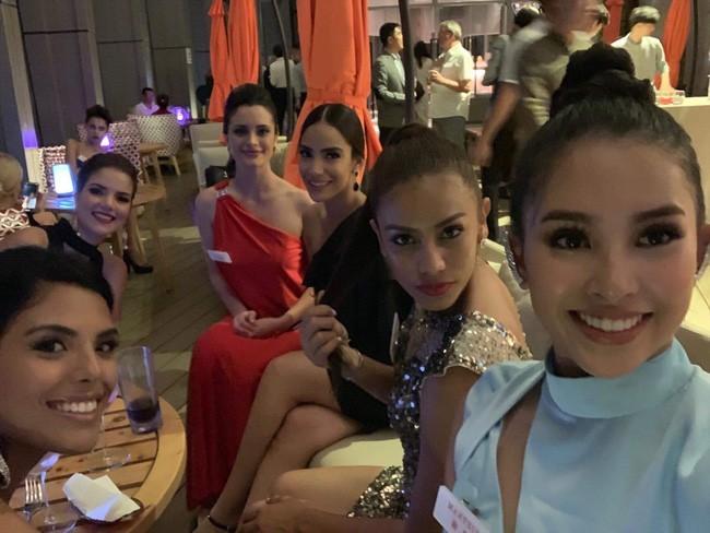 Tiểu Vy diện đầm xẻ cao, xuất hiện nổi bật giữa dàn thí sinh trong đêm tiệc tại Miss World 2018 - Ảnh 1.