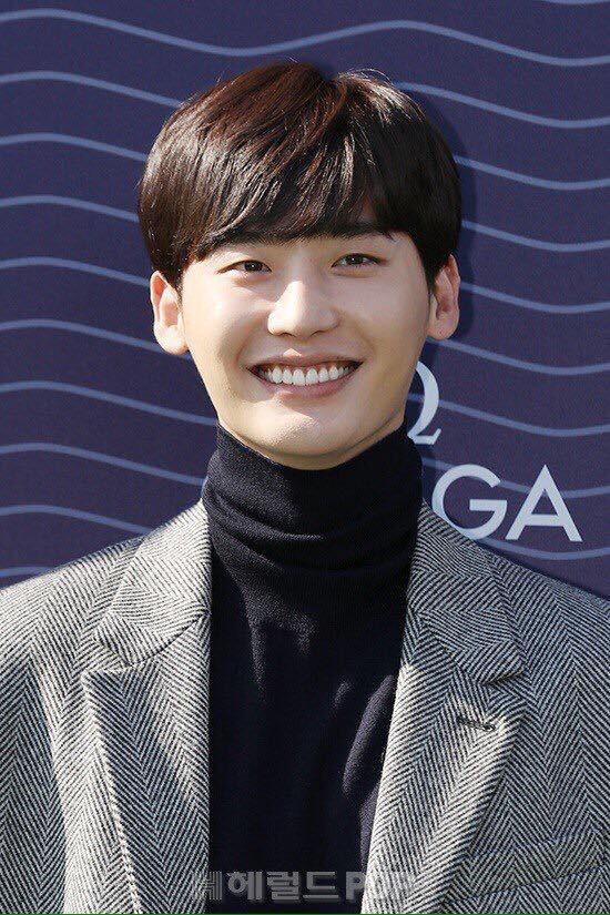 Đây là Lee Jong Suk khi tăng cân, nở một nụ cười mà nhìn y chang Yaoming Meme! - Ảnh 1.