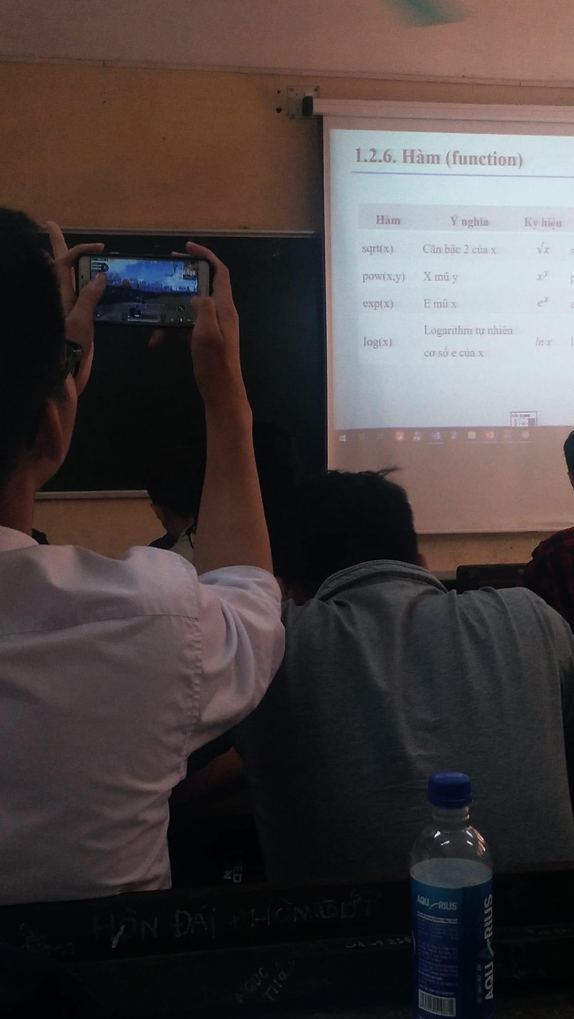 Sinh viên giờ lạ lùng lắm: Không thích ghi chép, bài giảng nào cũng chụp nhưng chẳng bao giờ xem lại - Ảnh 2.