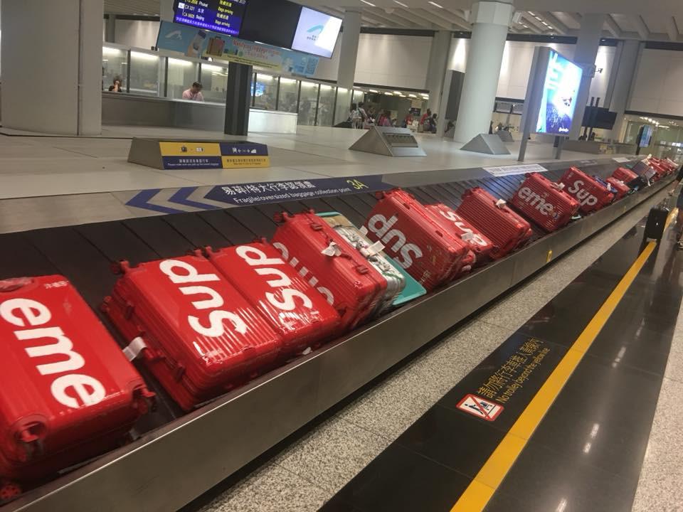 Clip: Hàng trăm chiếc vali Supreme x Rimowa đắt đỏ hiếm có xuất hiện cùng một lúc ở sân bay Trung Quốc - Ảnh 5.