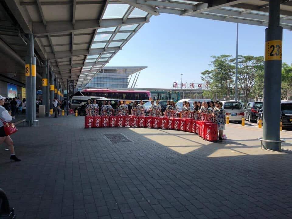 Clip: Hàng trăm chiếc vali Supreme x Rimowa đắt đỏ hiếm có xuất hiện cùng một lúc ở sân bay Trung Quốc - Ảnh 6.