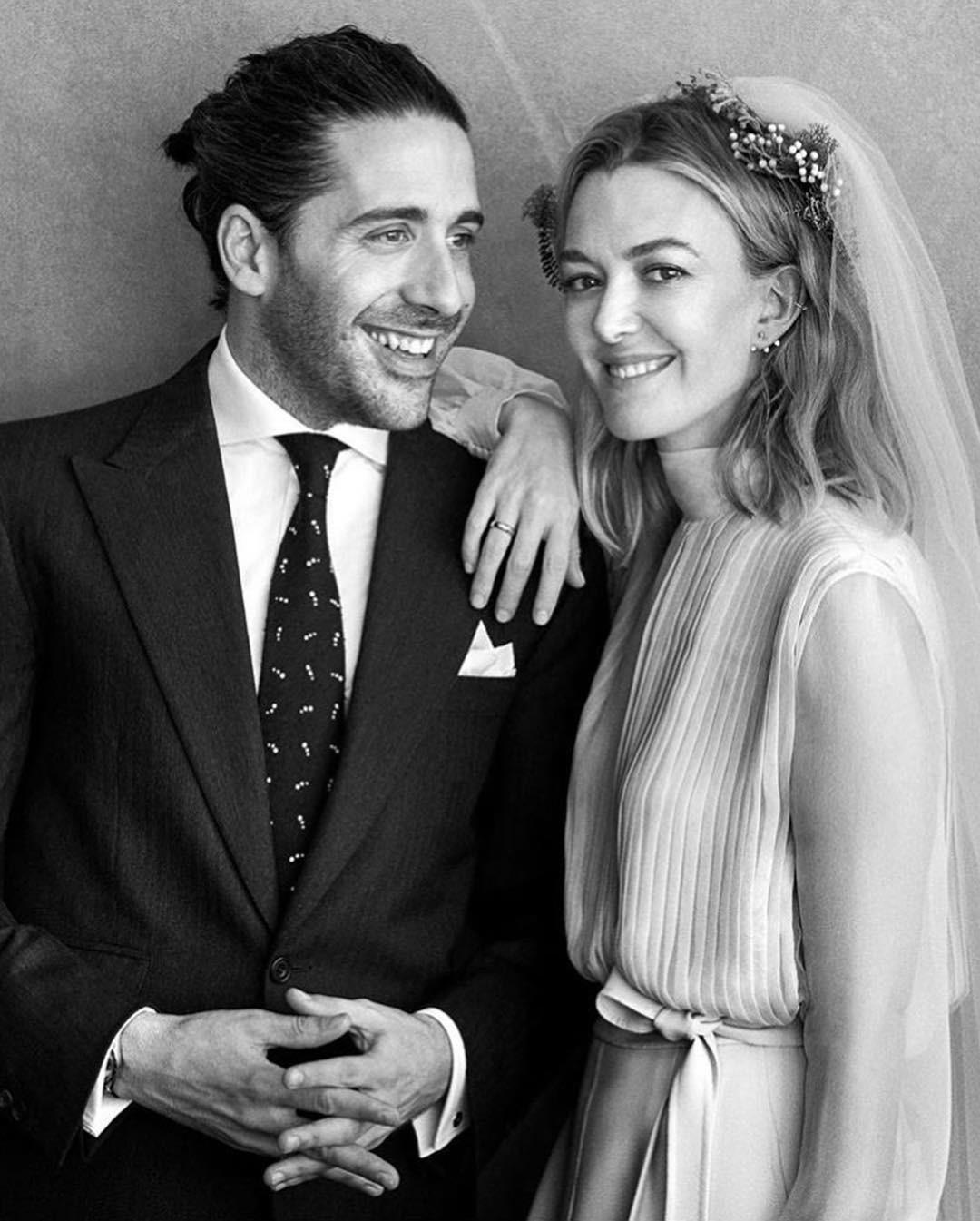 Chẳng đầm xòe lồng lộn, ái nữ thừa kế của ông trùm Zara vừa lên xe hoa trong bộ váy cưới đơn giản khác biệt nhất bạn từng thấy - Ảnh 1.
