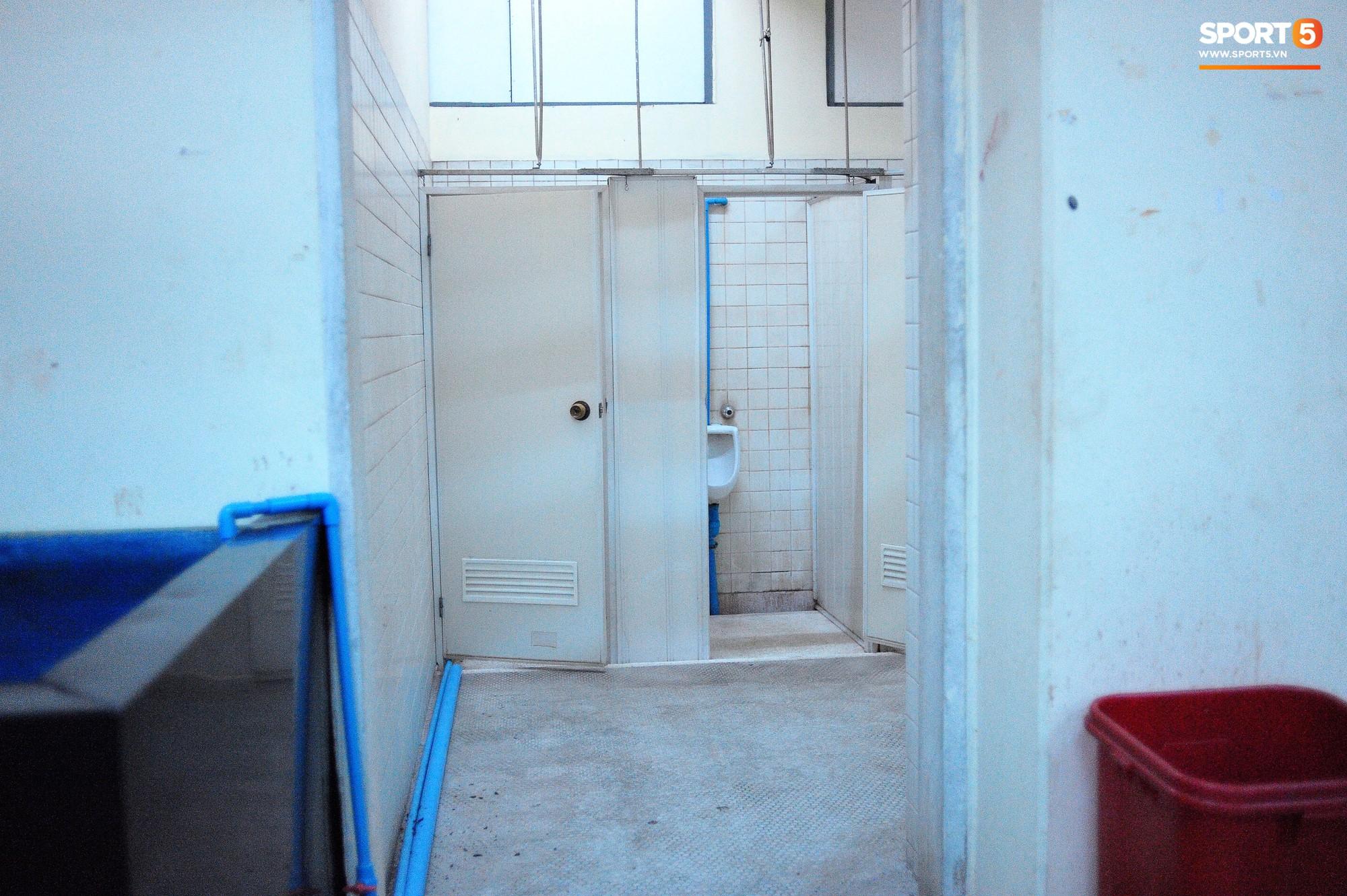 Vietnamese satellite room in Myanmar: rustic toilets, rustic seats - Picture 4.