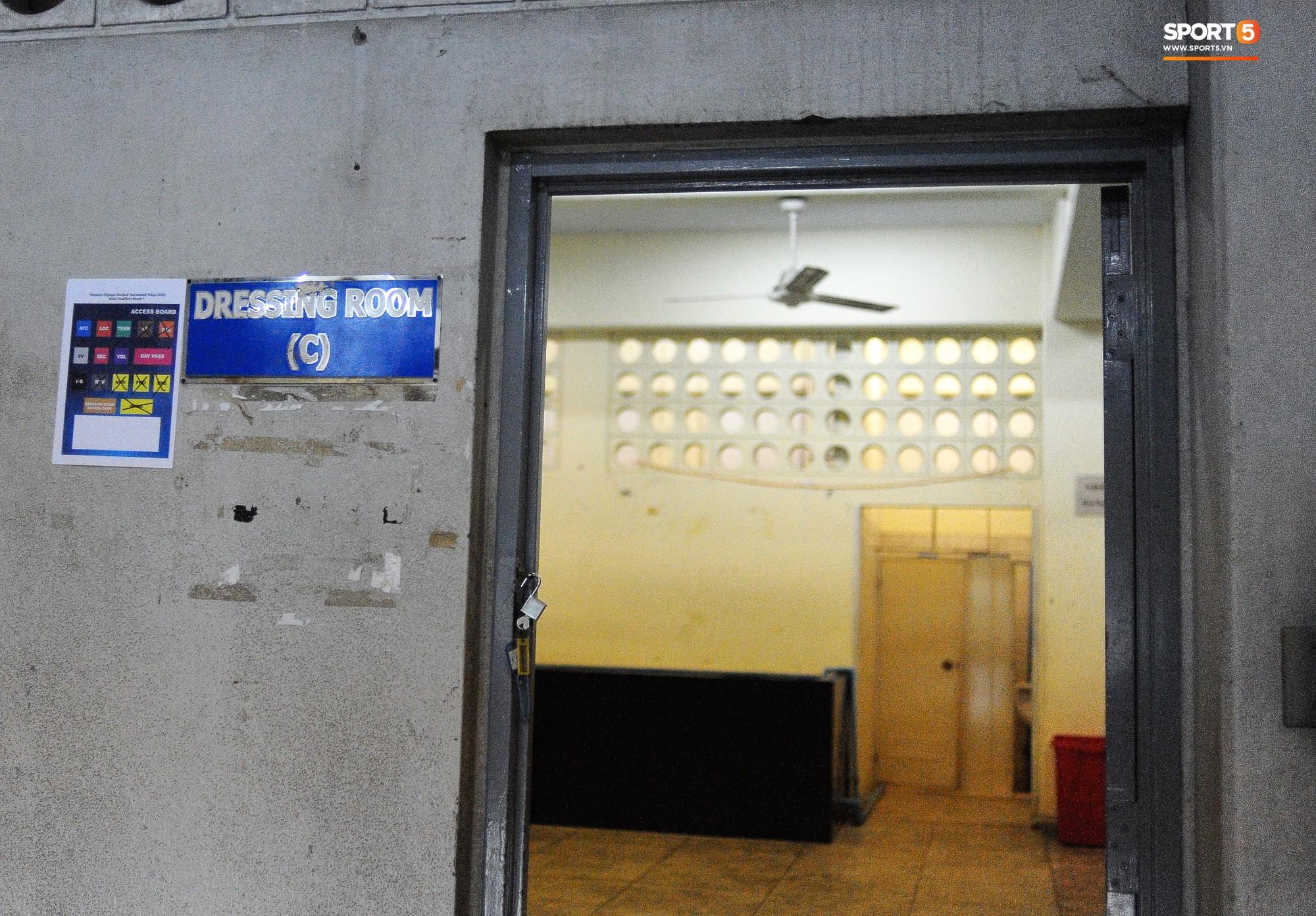 Vietnam glittering room in Myanmar: rustic toilets, rustic seats - Picture 2.