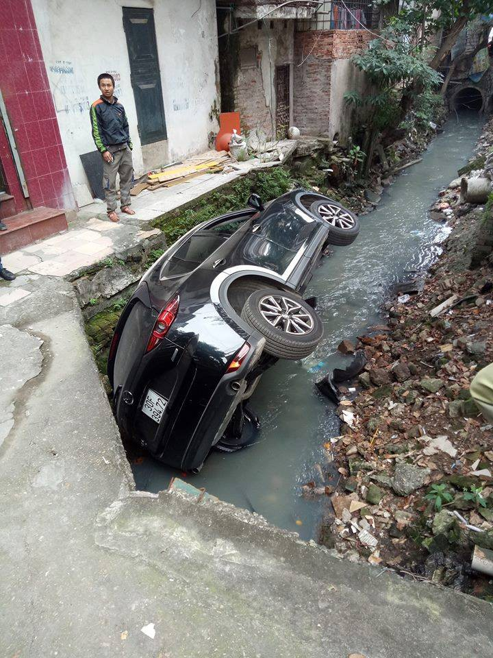 Ultimate Ninja: A further CX-5 driver was introduced directly to the drainage ditch in Hanoi - Picture 3.