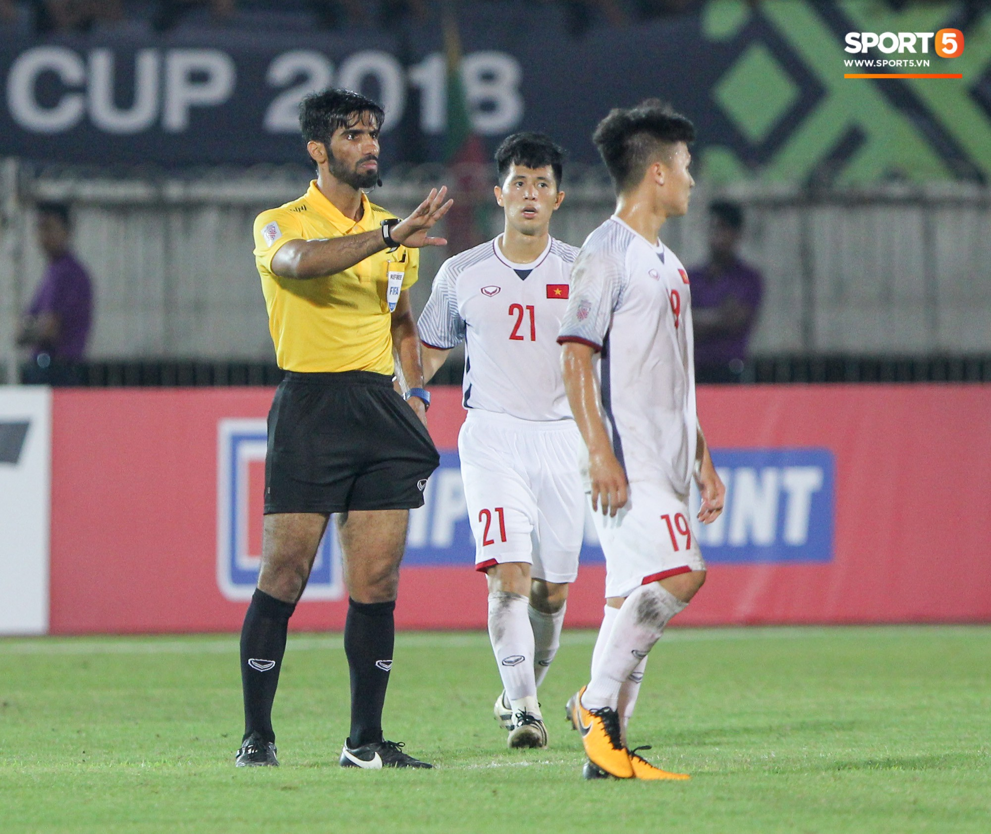 Sau khi đi ra giữa sân để làm thủ tục bắt tay với hai đội, trọng tài chính tiếp tục bị các hậu vệ đội tuyển Việt Nam quây chặt. Ảnh: Hiếu Lương/Sport5.vn