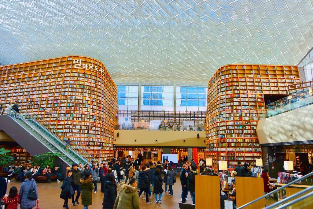 Thư viện khổng lồ nằm ở tận Seoul nhưng bạn trẻ Việt Nam nào đến đây cũng phải check-in cho bằng được! - Ảnh 1.